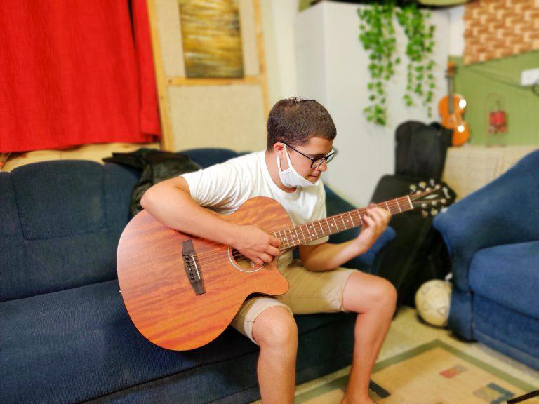 שובל מנגן בגיטרה
